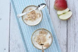 Rå æblekage med flødeskum og makroner