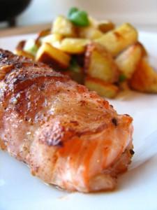 Baconlaks og bagt kartoffelsalat med grov pesto