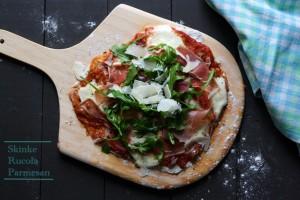 Pizza med lufttørret skinke og rucola