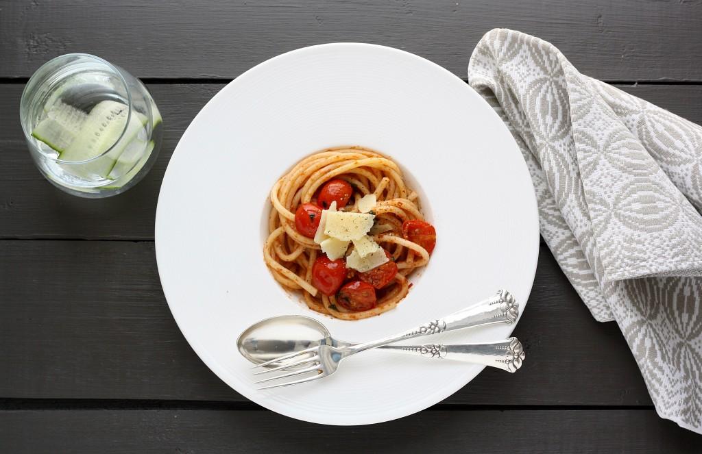 Pastasalat med tomat og pesto