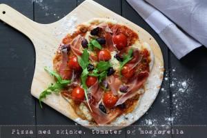 Pizza med lufttørret skinke, cherrytomater og frisk mozzarella