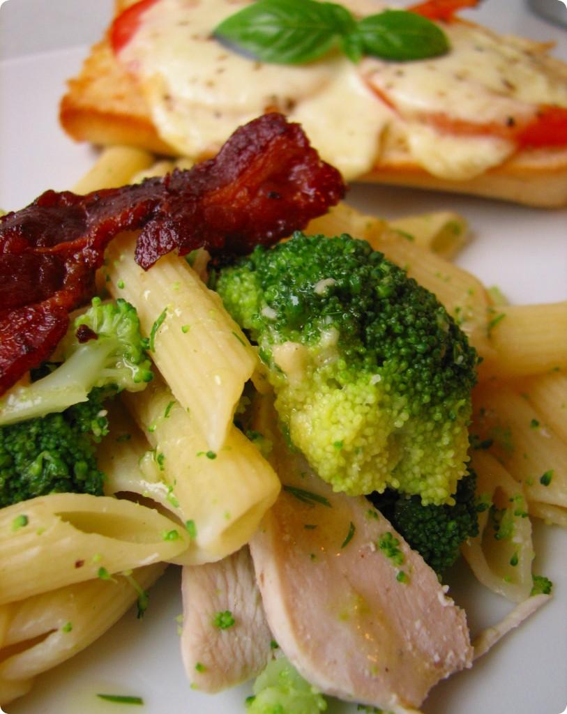 Kyllingesalat med broccoli og bacon