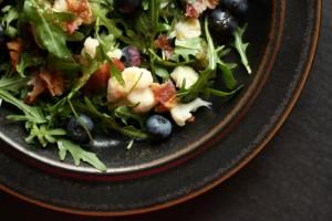 Blomkålssalat med bacon og blåbær