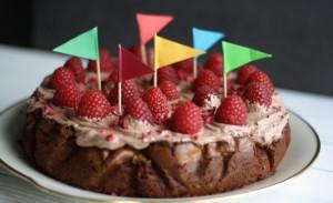 Brownie med valnødder, creme og hindbær