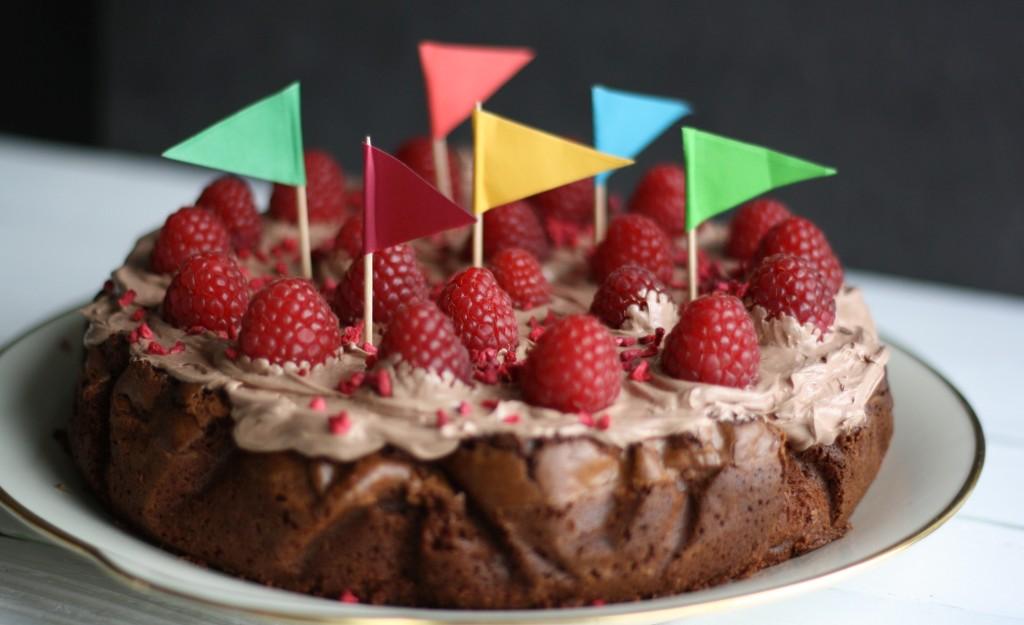 Brownies med valnødder, creme og hindbær