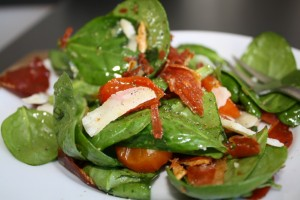 Salat med lufttørret skinke og bagte tomater