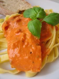 Laks i fløde- og tomatsovs