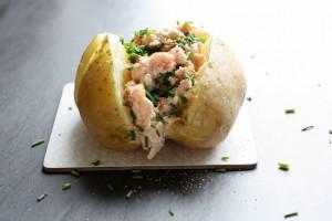 Bagekartoffel med skinkesalat