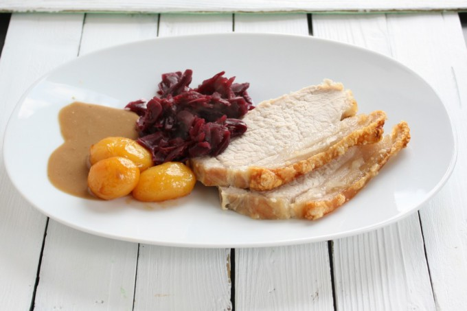 Kamsteg, brune kartofler og rødkål